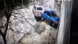 Pese a tener una perimetral, estrelló el auto contra la casa de su ex y sus hijos