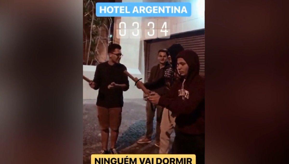 Los hinchas brasileños que hostigaron a la Selección argentina se filmaron y lo subieron a las redes