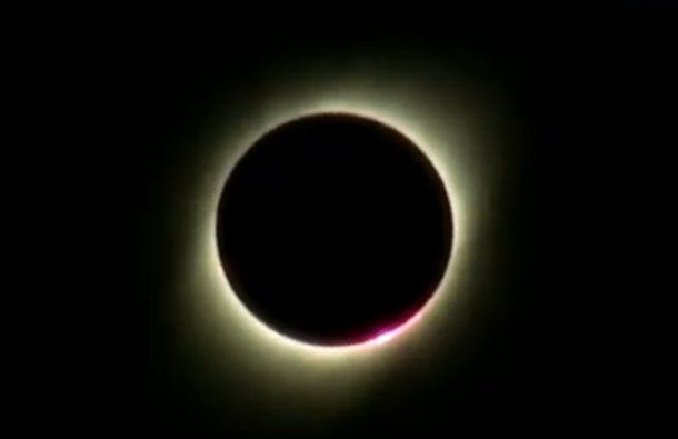 El momento en que la Luna tapa de forma completa al Sol y la Argentina se oscurece.