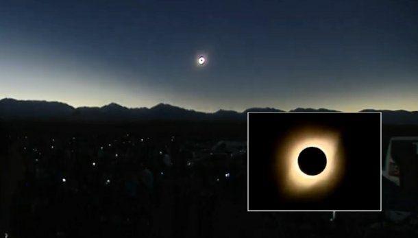 El momento exacto, 17.40, en que la Luna tapa de forma total al Sol y la Argentina se oscurece. Duró 2 minutos el anochecer.