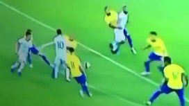 Una repetición indigna a todos los argentinos y no deja dudas: el penal de Dani Alves a Agüero