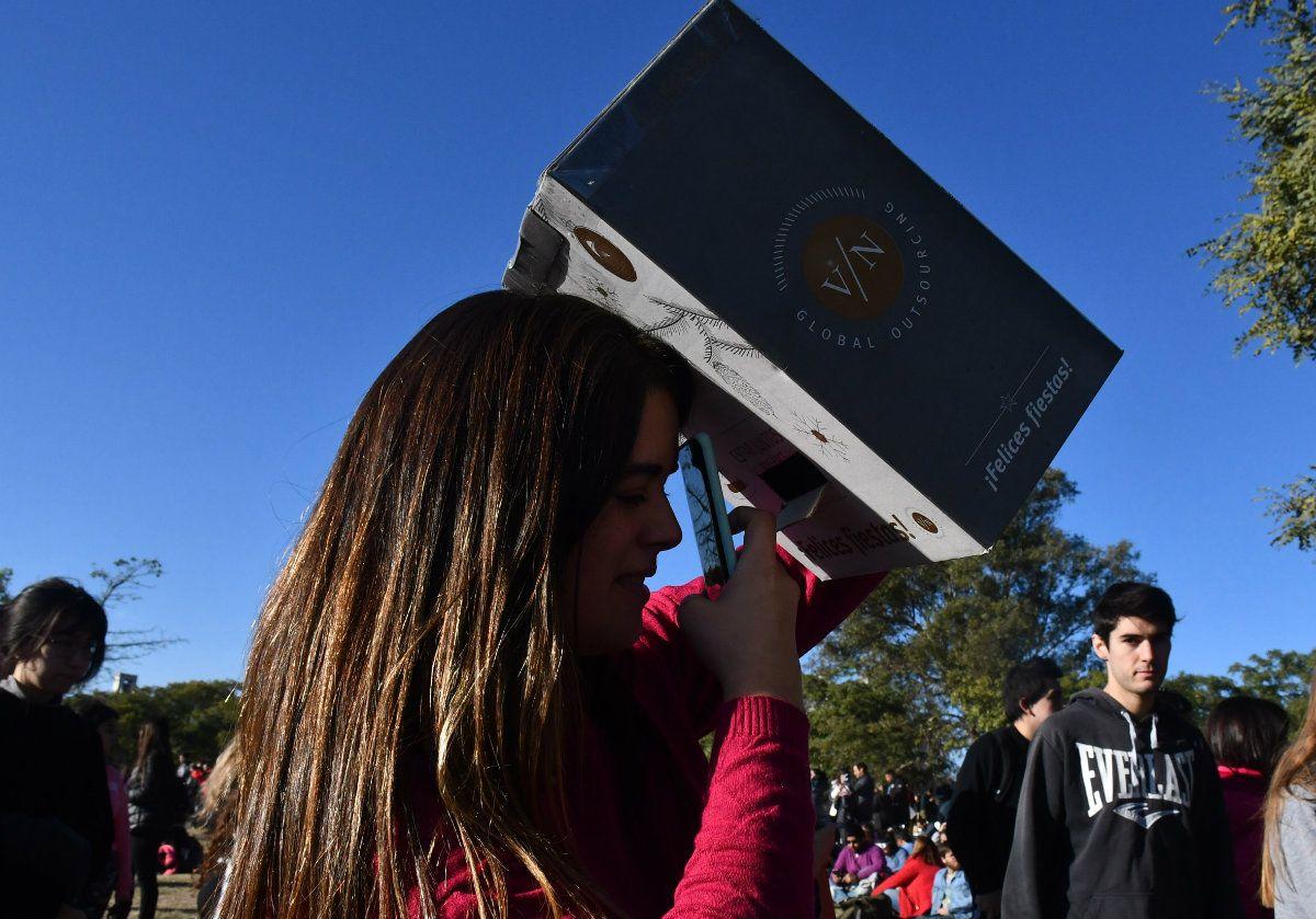 El ingenio a pleno para armar visores para ver el eclipse en Córdoba