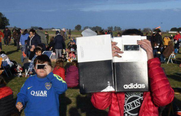 En Pergamino hubo reunión para ver el eclipse, y cada quien lo miró como pudo
