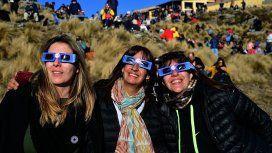 En Merlo, San Juan, repartieron anteojos especiales para ver el eclipse