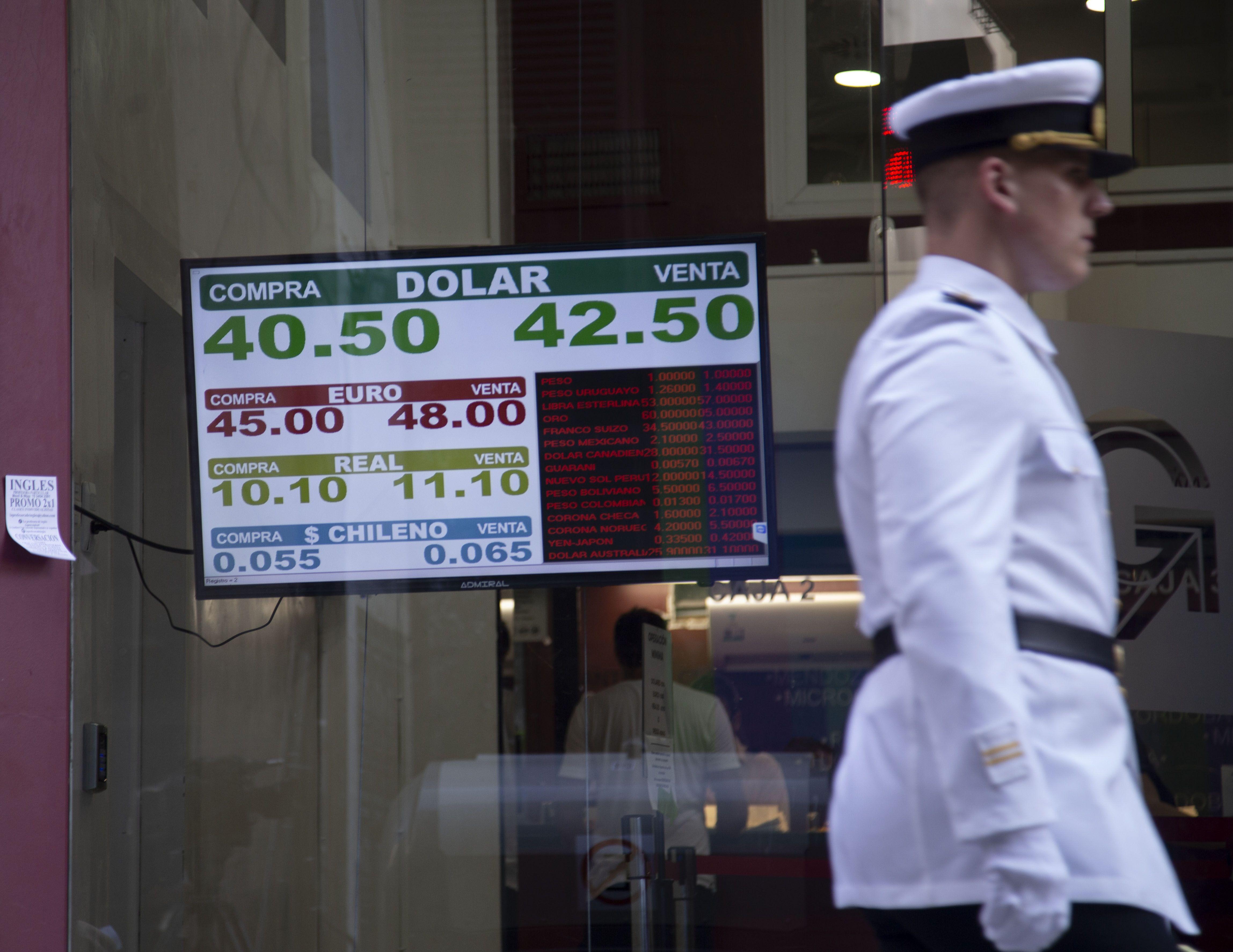 El dólar llegó a estar cómodo por debajo de los $43 en las pizarras