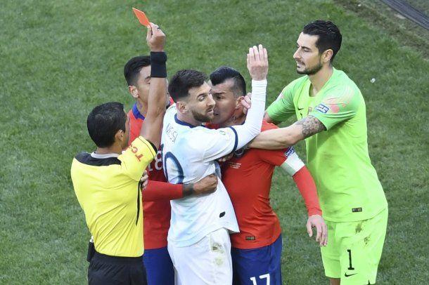Lionel Messi fue expulsado por un cruce con Gary Medel