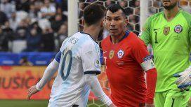 Lionel Messi fue expulsado por un choque con Gary Medel