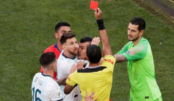 El árbitro paraguayo Mario Díaz Vivar echó a Messi y Medel