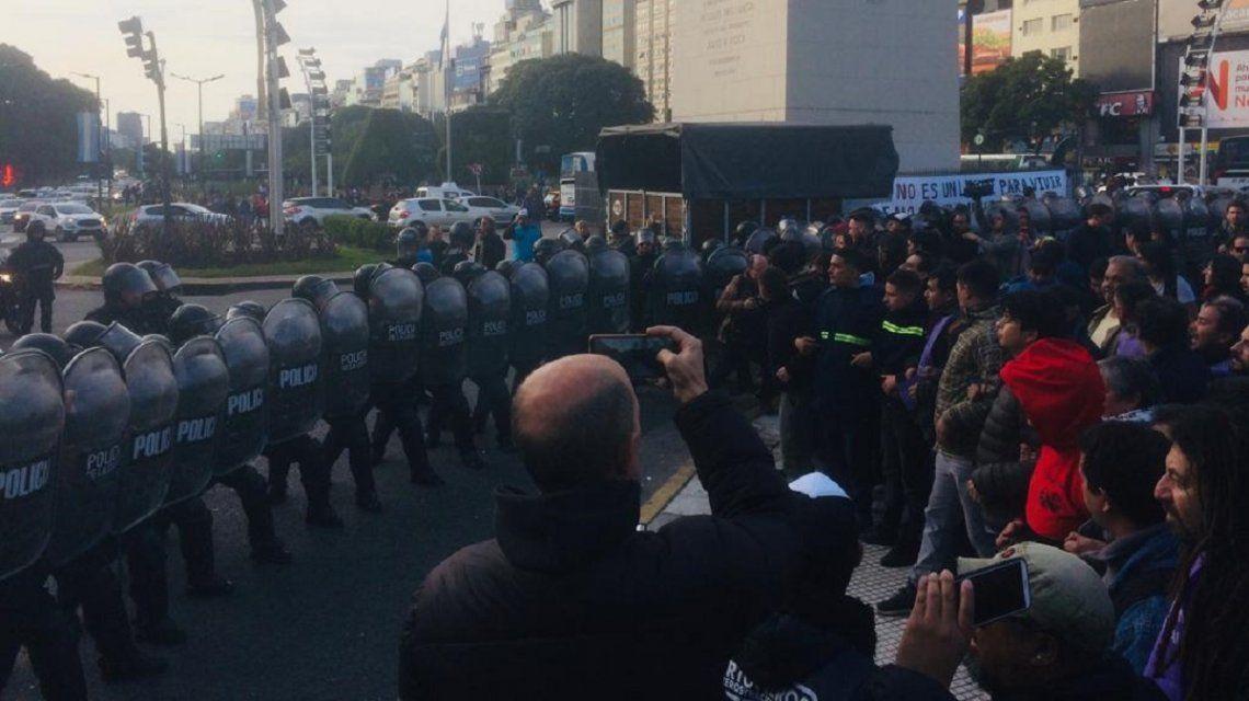 Represión en el Obelisco: impidieron instalar carpas para personas en situación de calle