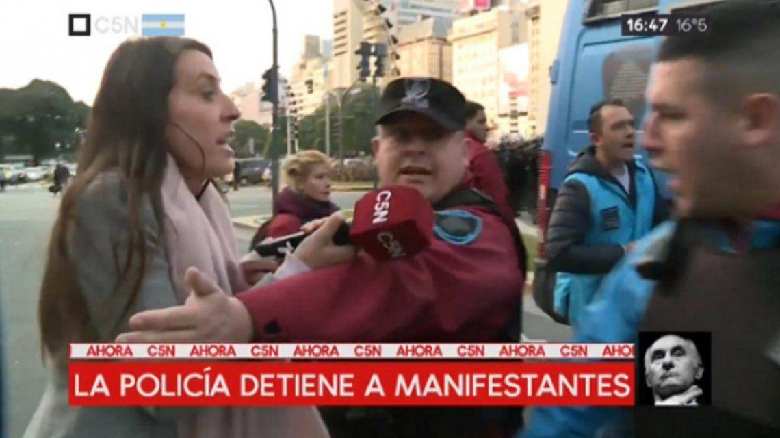La policía atacó a C5N mientras cubría la represión a organizaciones sociales en el Obelisco