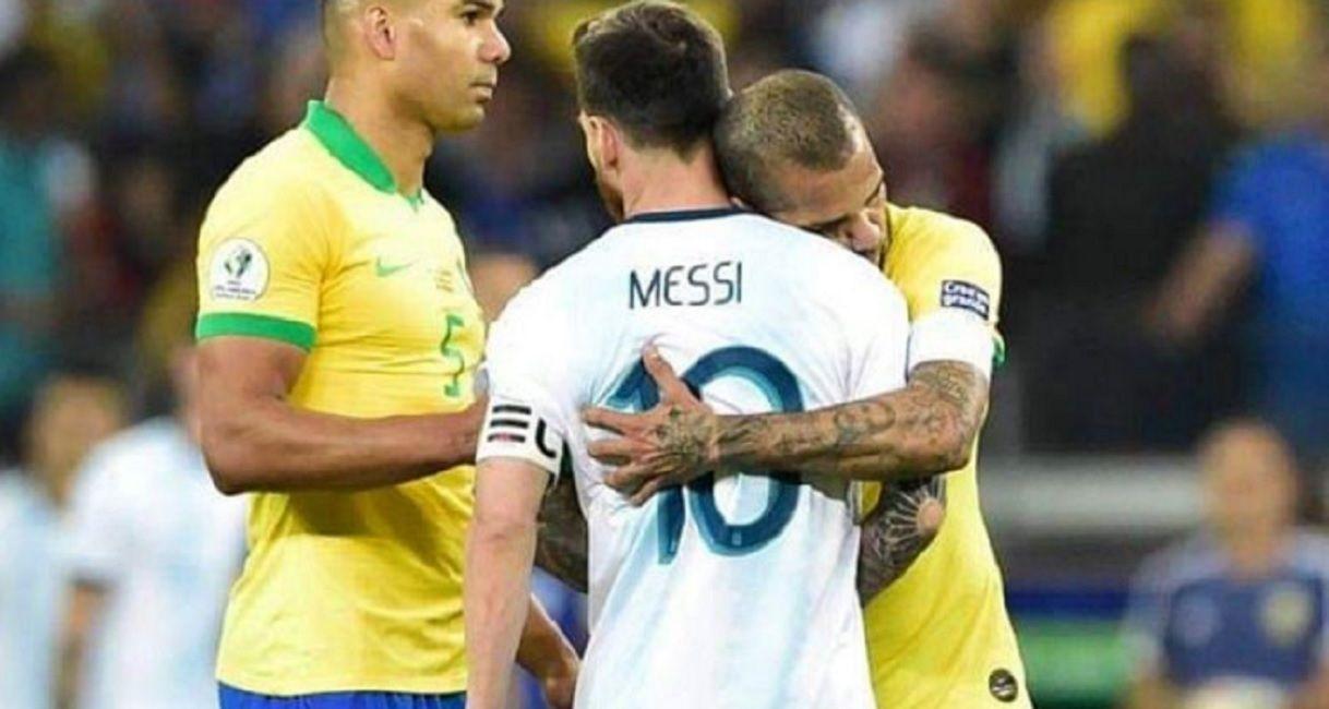El consuelo del brasileño al argentino tras la eliminación en Belo Horizonte