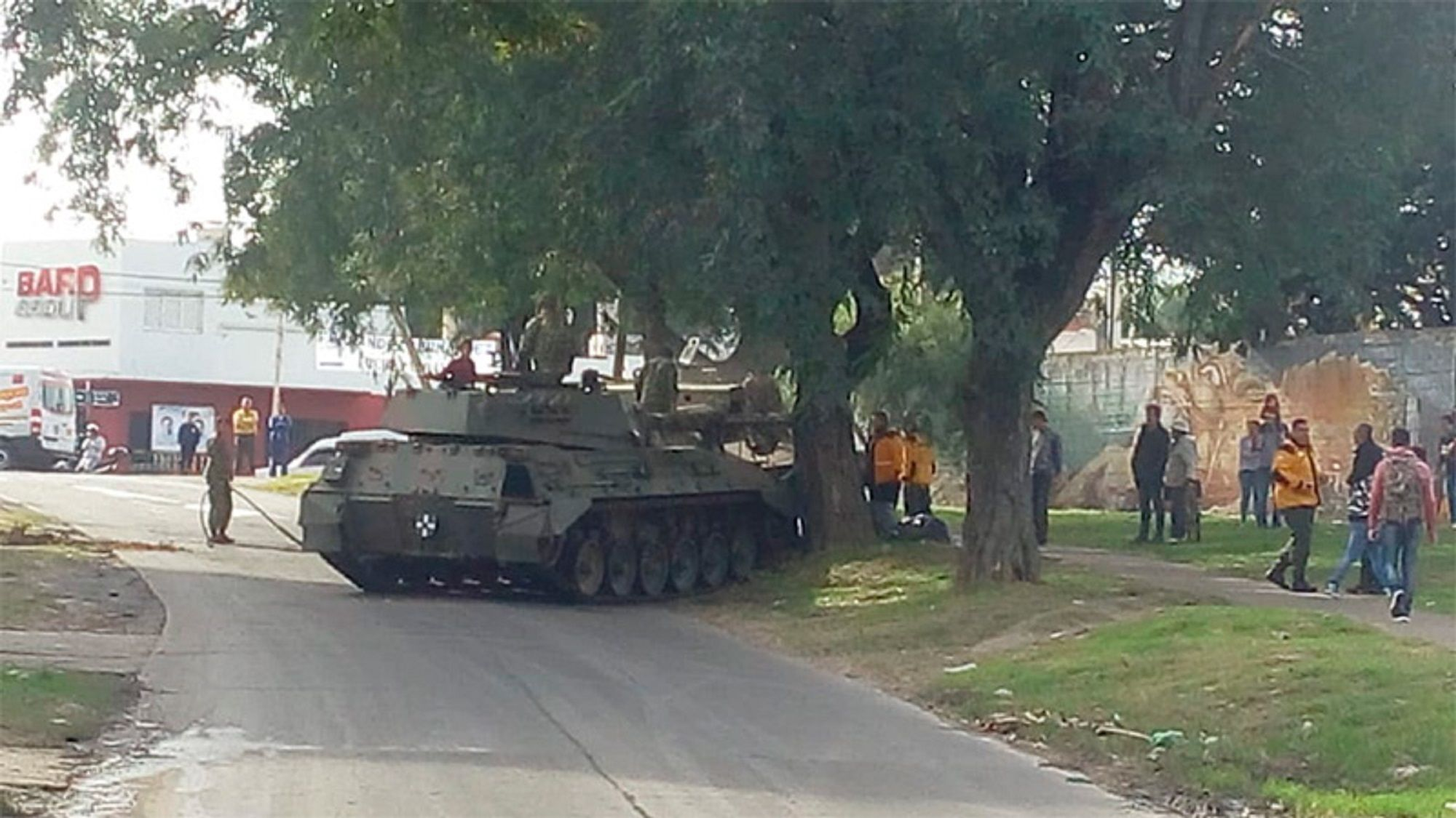 Un tanque de guerra se quedó sin frenos y chocó contra un árbol tras el desfile del 9 de julio