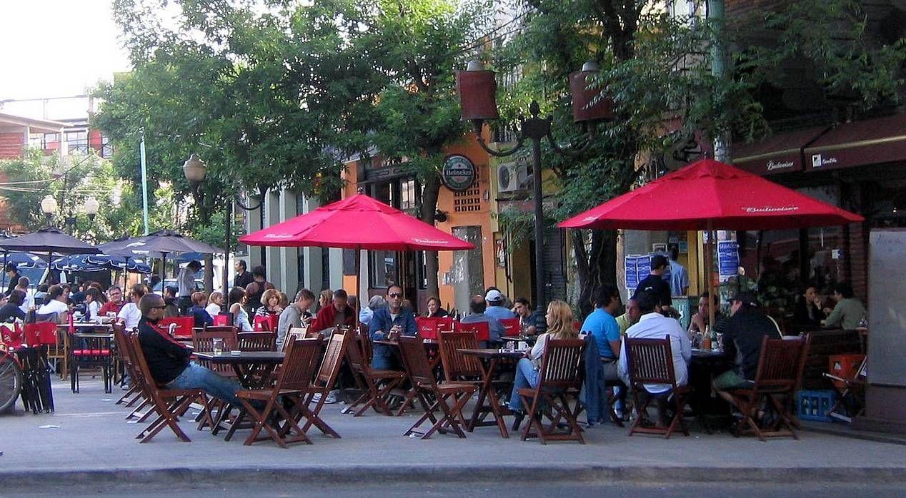Bares y restaurantes ya no tendrán que pagar extra por sus mesas en la calle