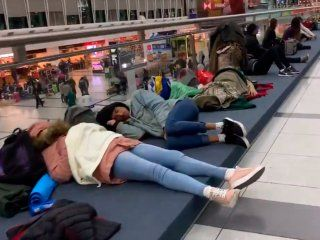 vuelos demorados y cancelados en el aeropuerto de ezeiza por la fuerte tormenta electrica