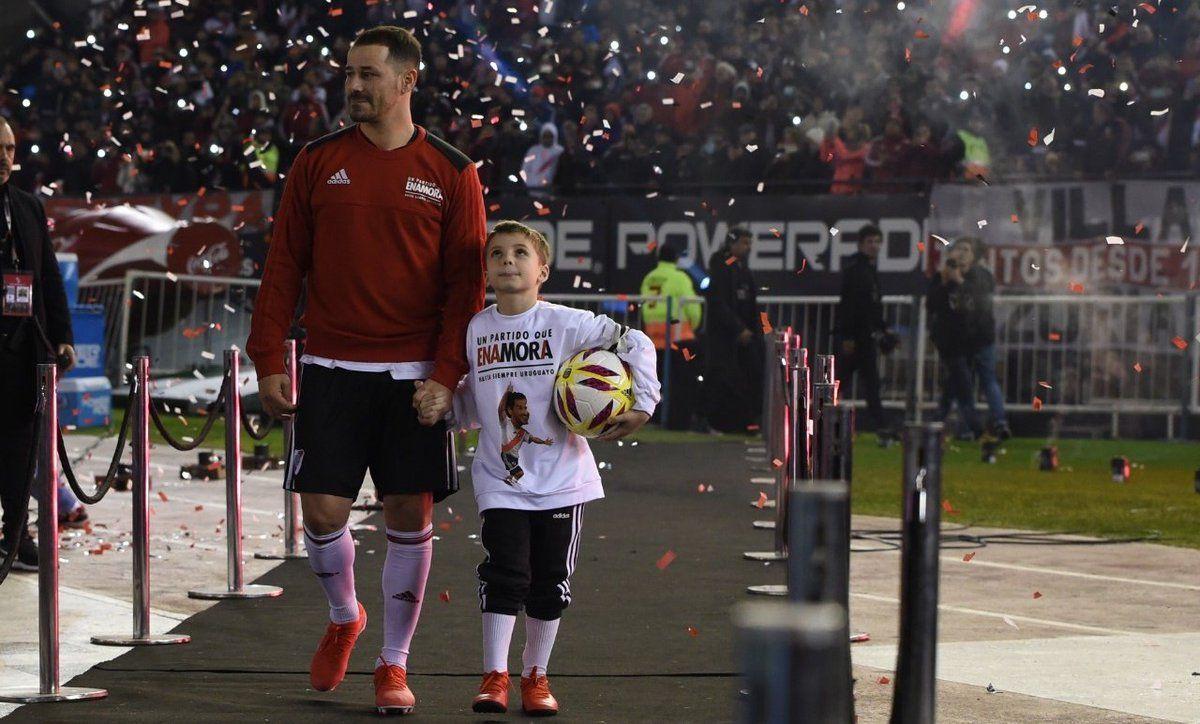 Rodrigo Mora y su hijo en el Monumental