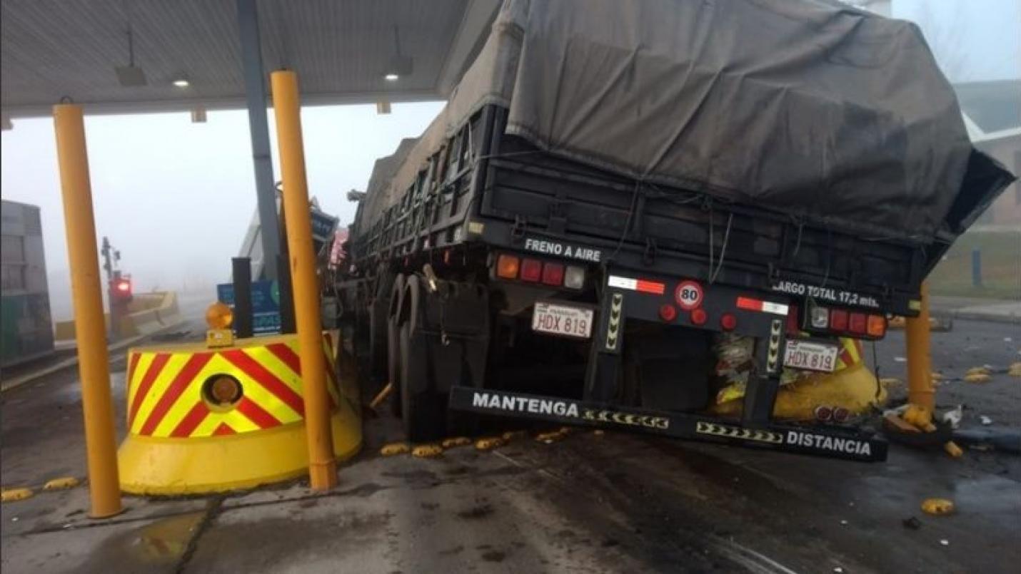 Así se veía el camión que chocó contra la cabina de peaje