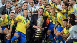 El mandatario brasileño con la Copa en el Maracaná