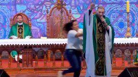 VIDEO: Una mujer empujó del escenario a un sacerdote en plena misa