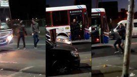 Otra violenta discusión de tránsito: brutal pelea entre un chofer de colectivo y 2 jóvenes