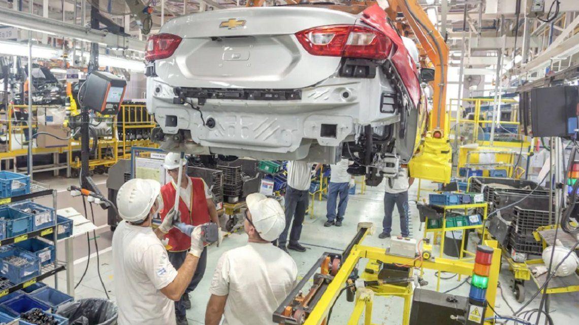 Por la crisis, General Motors extendió una semana la suspensión de 2.500 operarios