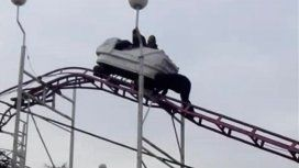 Pánico en un parque de diversiones en La Pampa: una pareja quedó atrapada en una montaña rusa