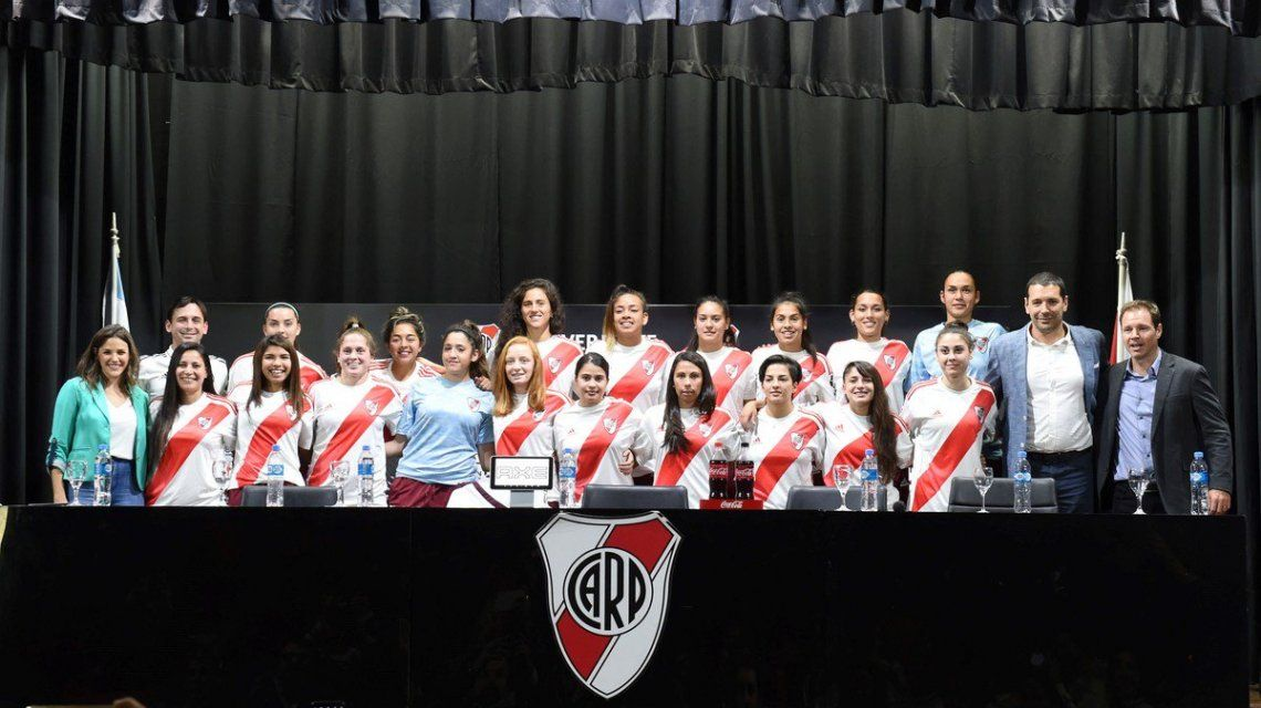 Histórico: 15 jugadoras de fútbol de River firmaron su primer contrato profesional