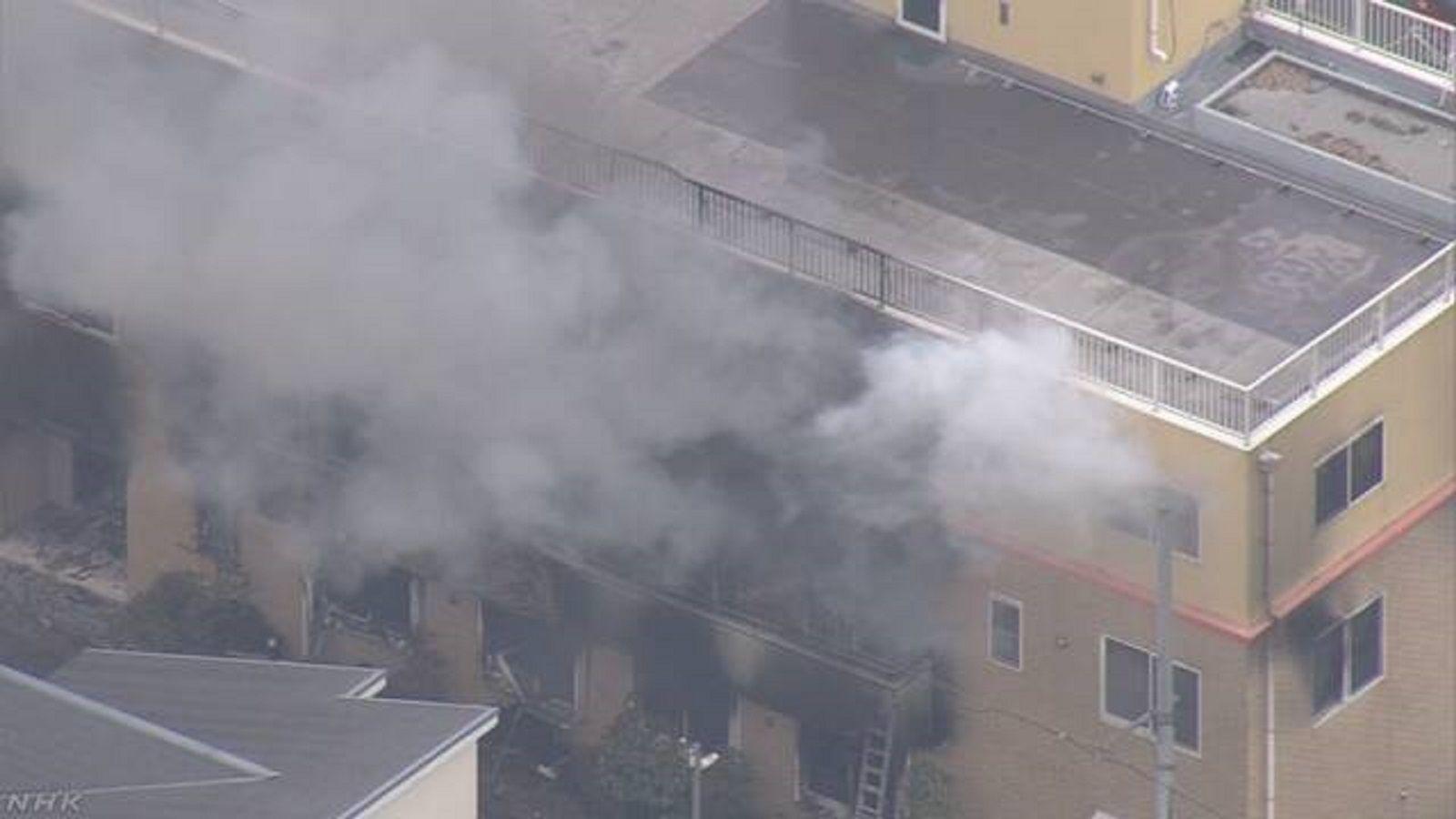 El humo se propagó en un edificio de tres plantas.