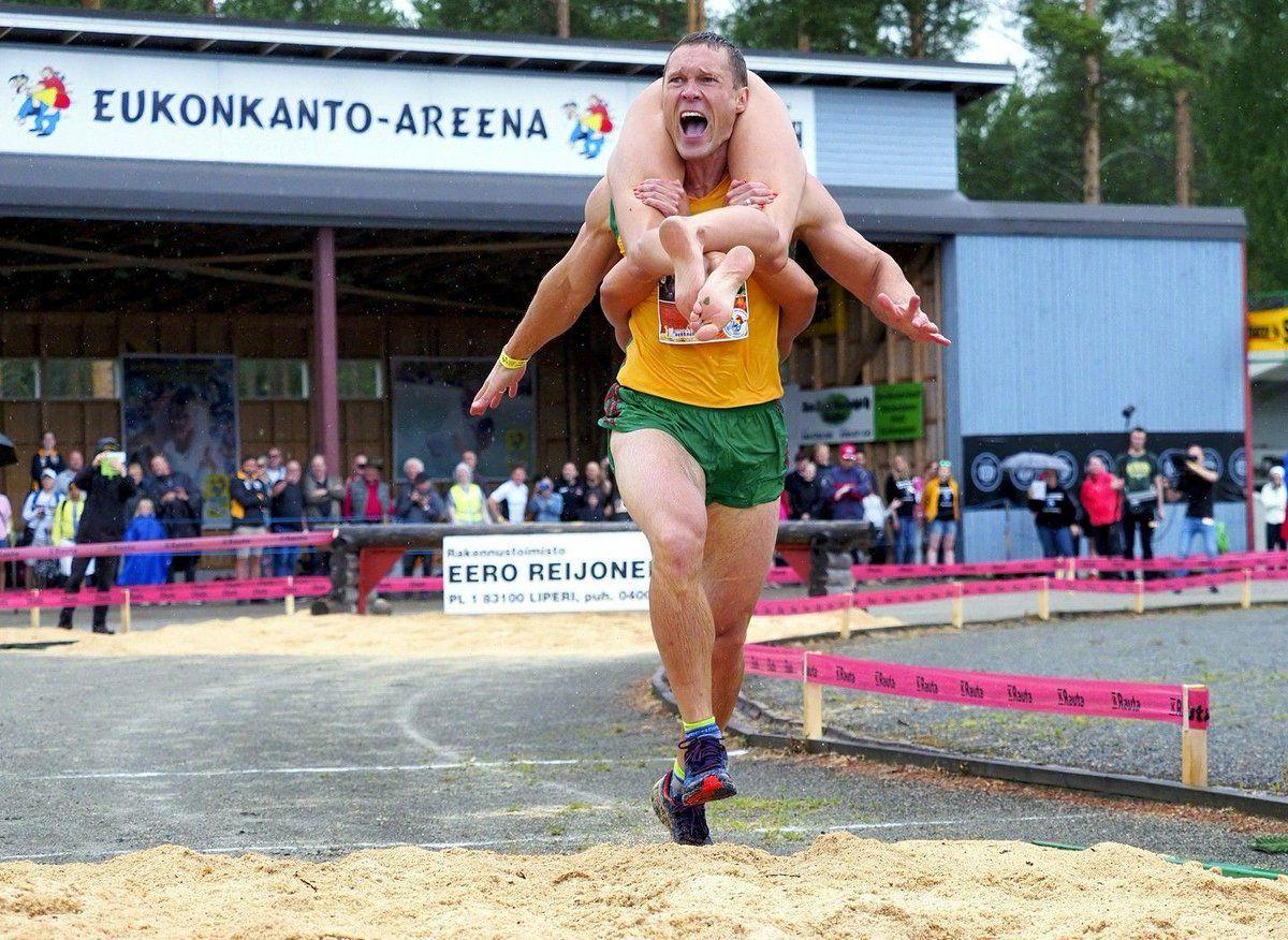Lituania bicampeón mundial de una insólita disciplina: wife carrying