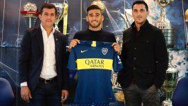 Toto Salvio posa con la camiseta de Boca rodeado de trofeos