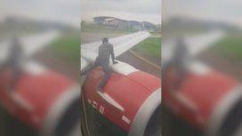 Demoraron un vuelo por un hombre que quiso subirse a la turbina del avión