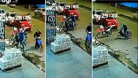 Frente a decenas de personas, rompió la traba de seguridad de una moto y se fue caminando