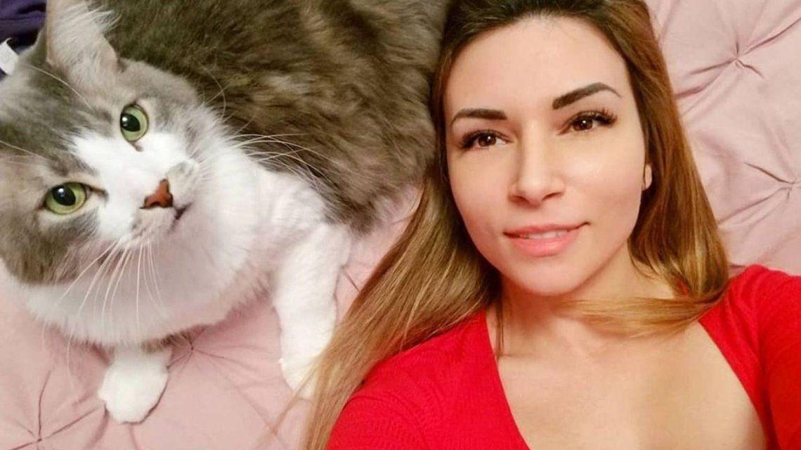 Escándalo por una influencer que maltrató a su gato vía streaming