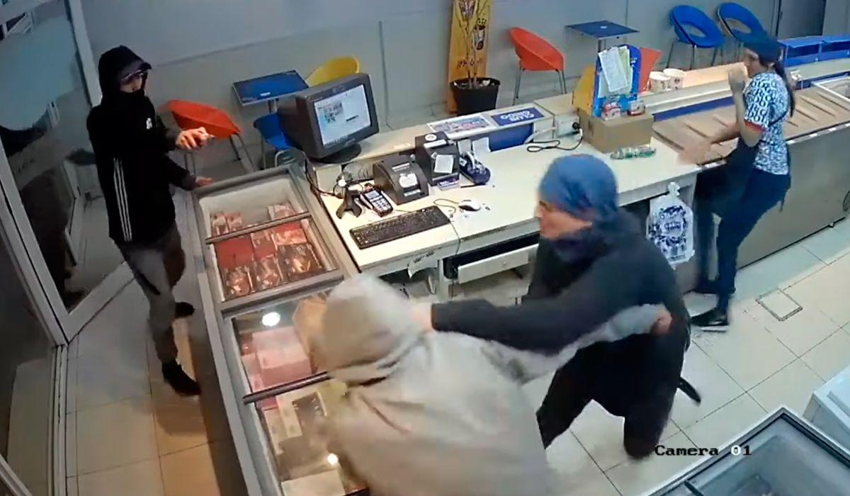 VIDEO: Delincuentes quisieron asaltar una heladería y un empleado los echó a trompadas