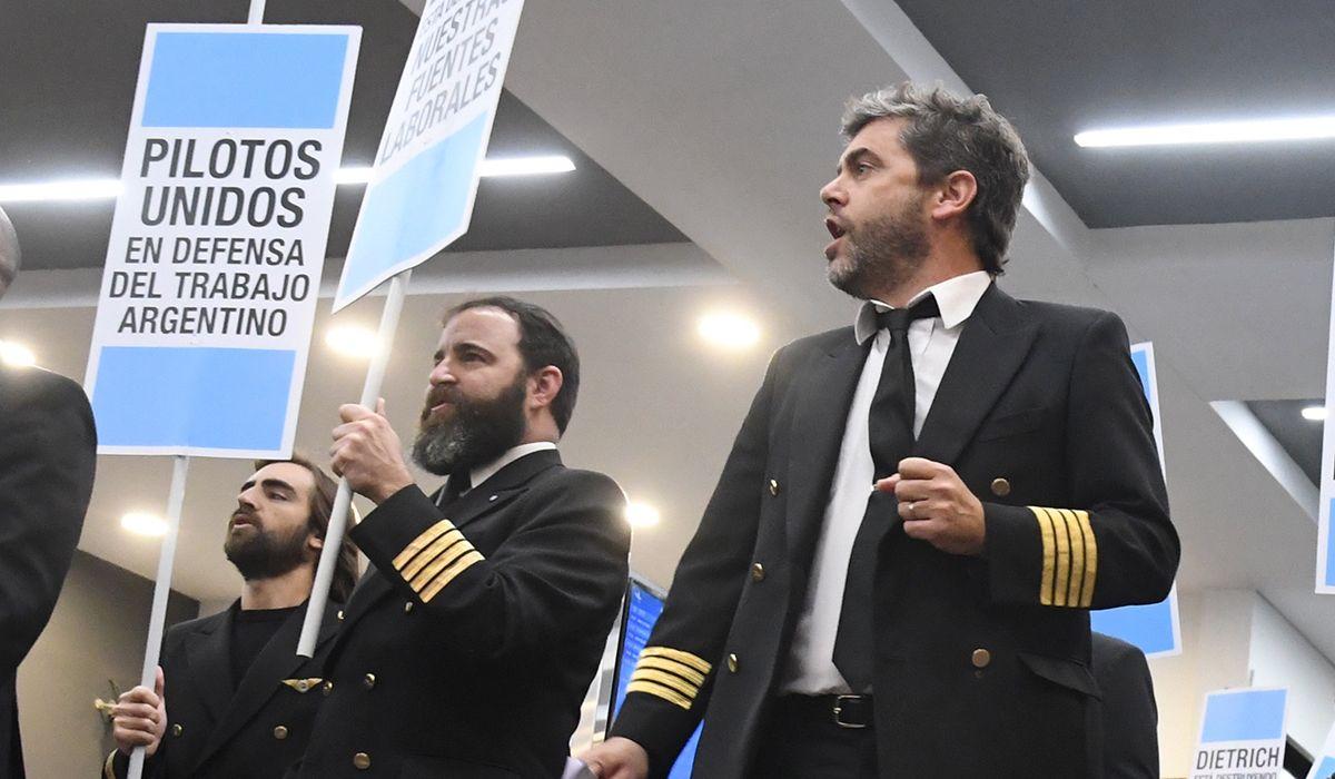 El Gobierno denunció a los pilotos por exponer su conflicto a través de los altoparlantes