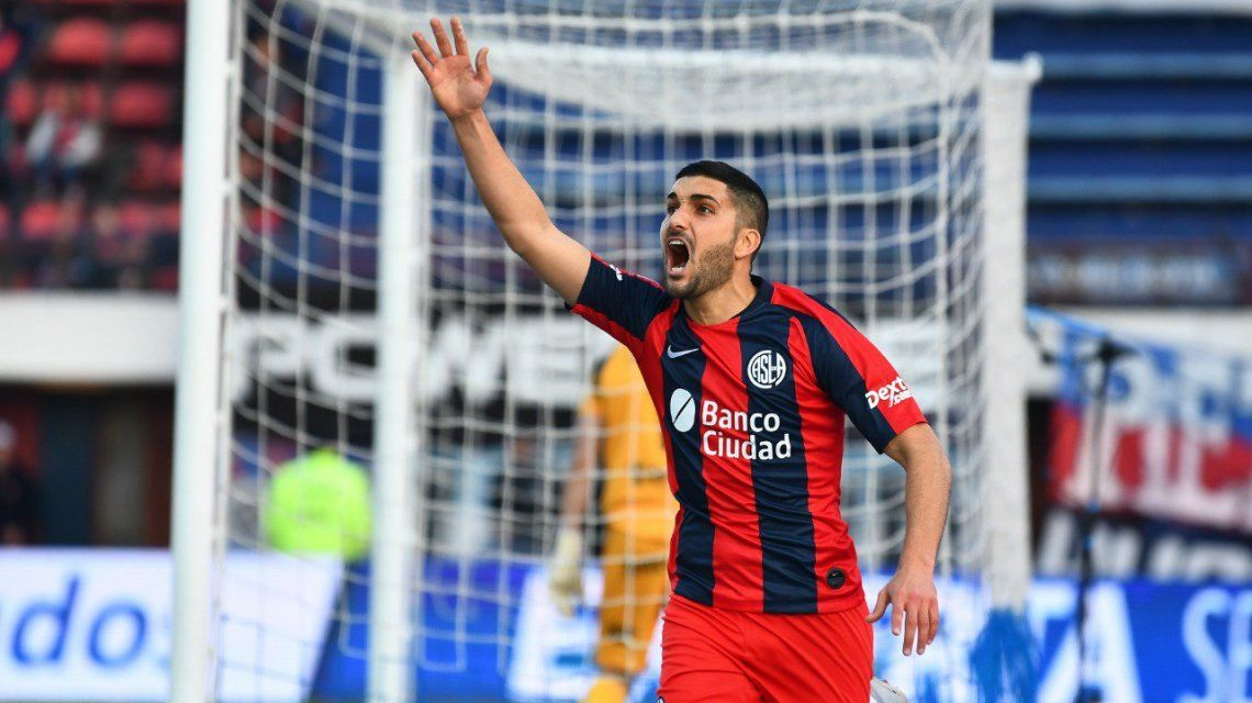 Nicolás Blandi celebra su gol tras el polémico penal