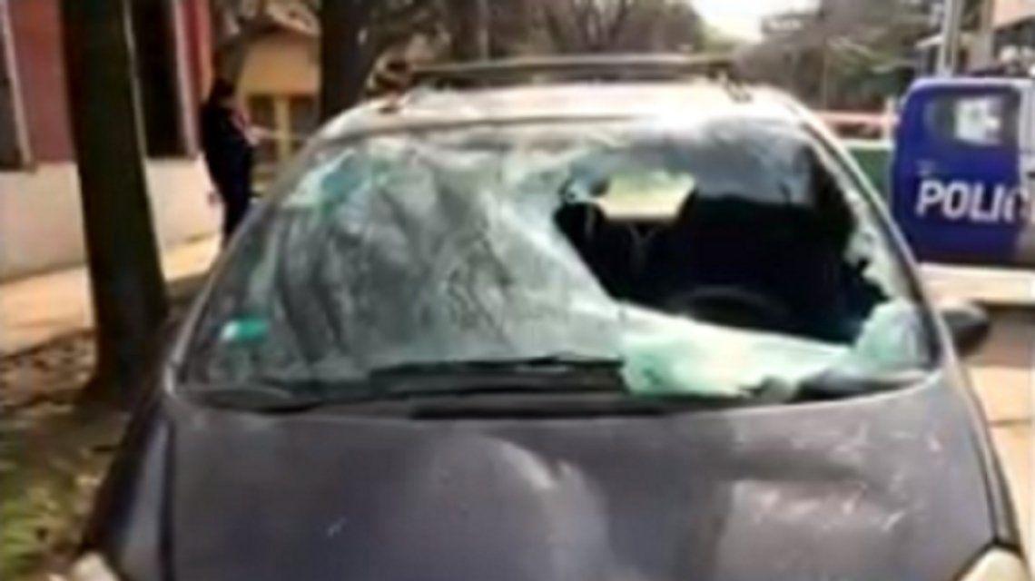 Lo atropelló, prometió llevarlo al hospital, pero la víctima apareció muerta en un auto