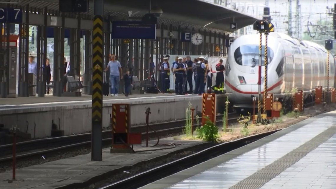 Un hombre tiró a las vías del tren a una mujer con su hijo: el nene de 8 años murió