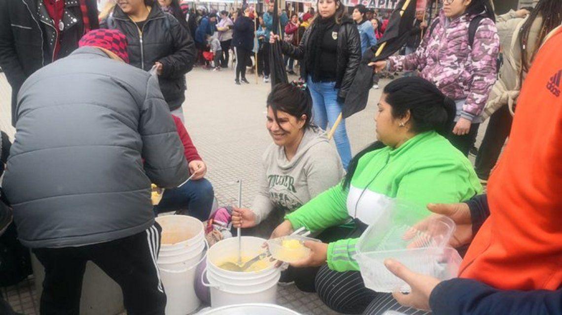 Organizaciones sociales realizaron un polentazo contra el hambre y el ajuste