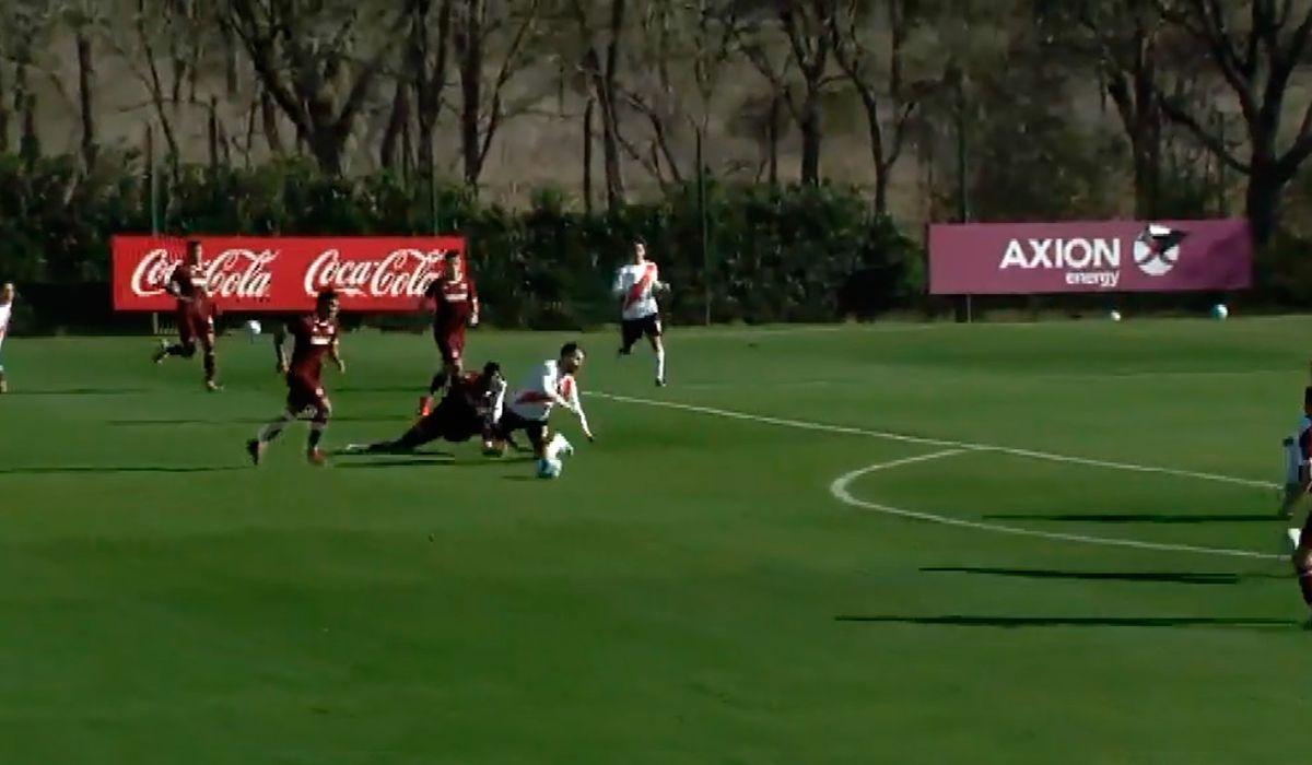 VIDEO: Scocco volvió a hacer fútbol y un juvenil lo recibió con una dura patada