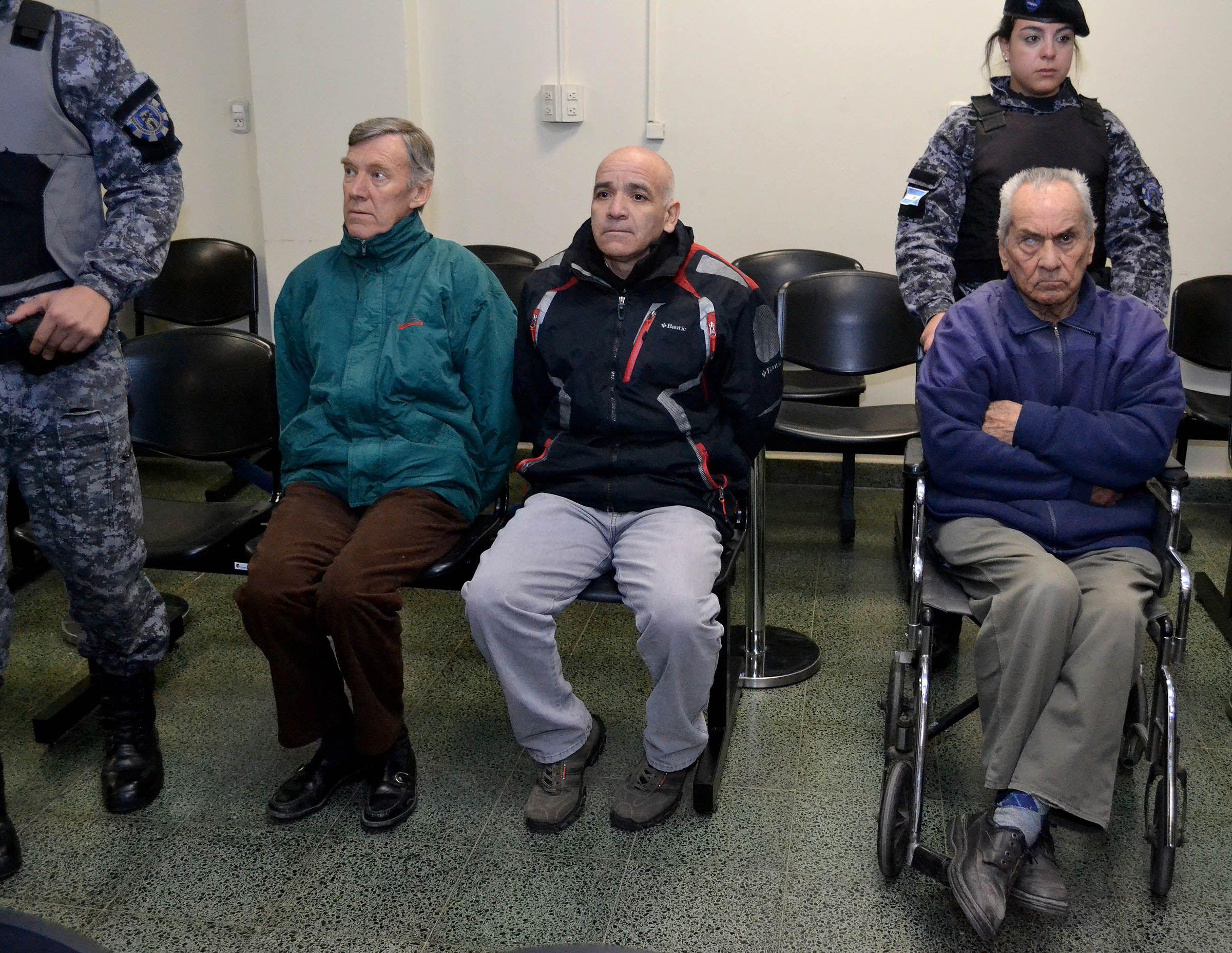 Los sacerdotes Horacio Corbacho y Nicola Corradi y el jardinero Armando Gómez (en el centro)