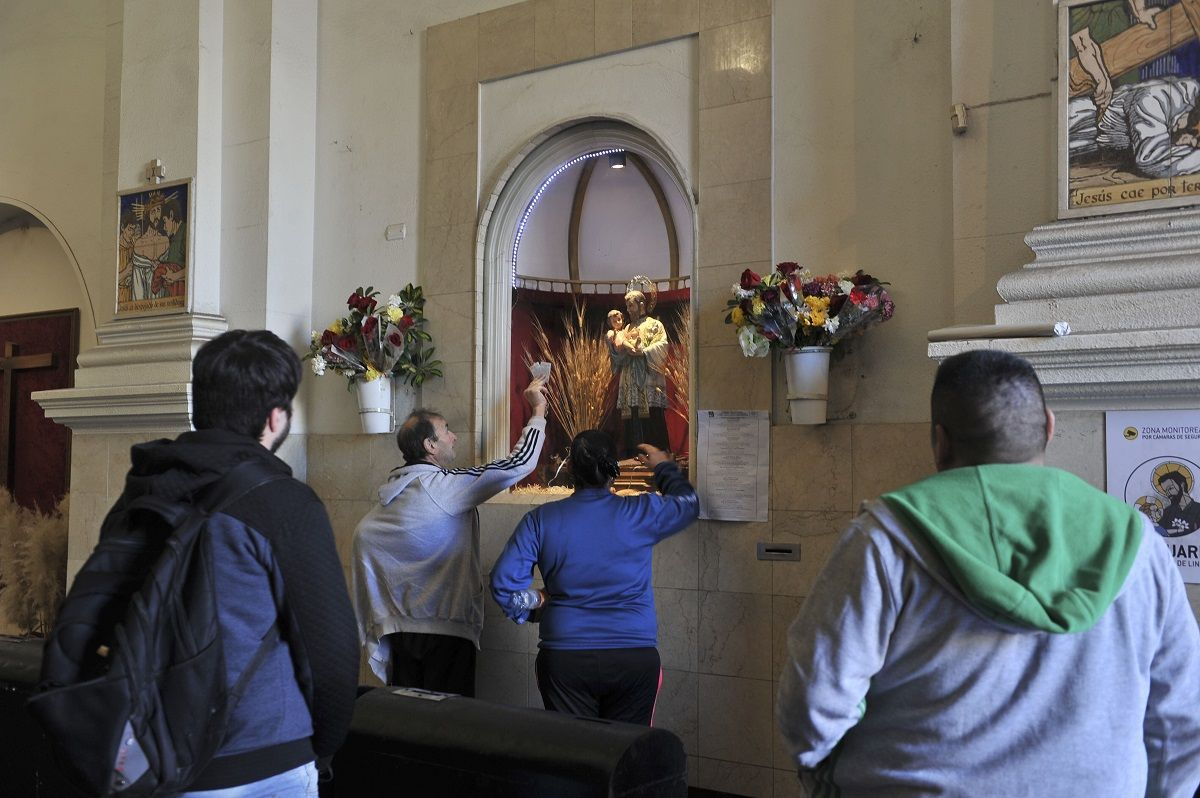 Cientos de fieles hacen una vigilia en la iglesia de San Cayetano para pedir por trabajo