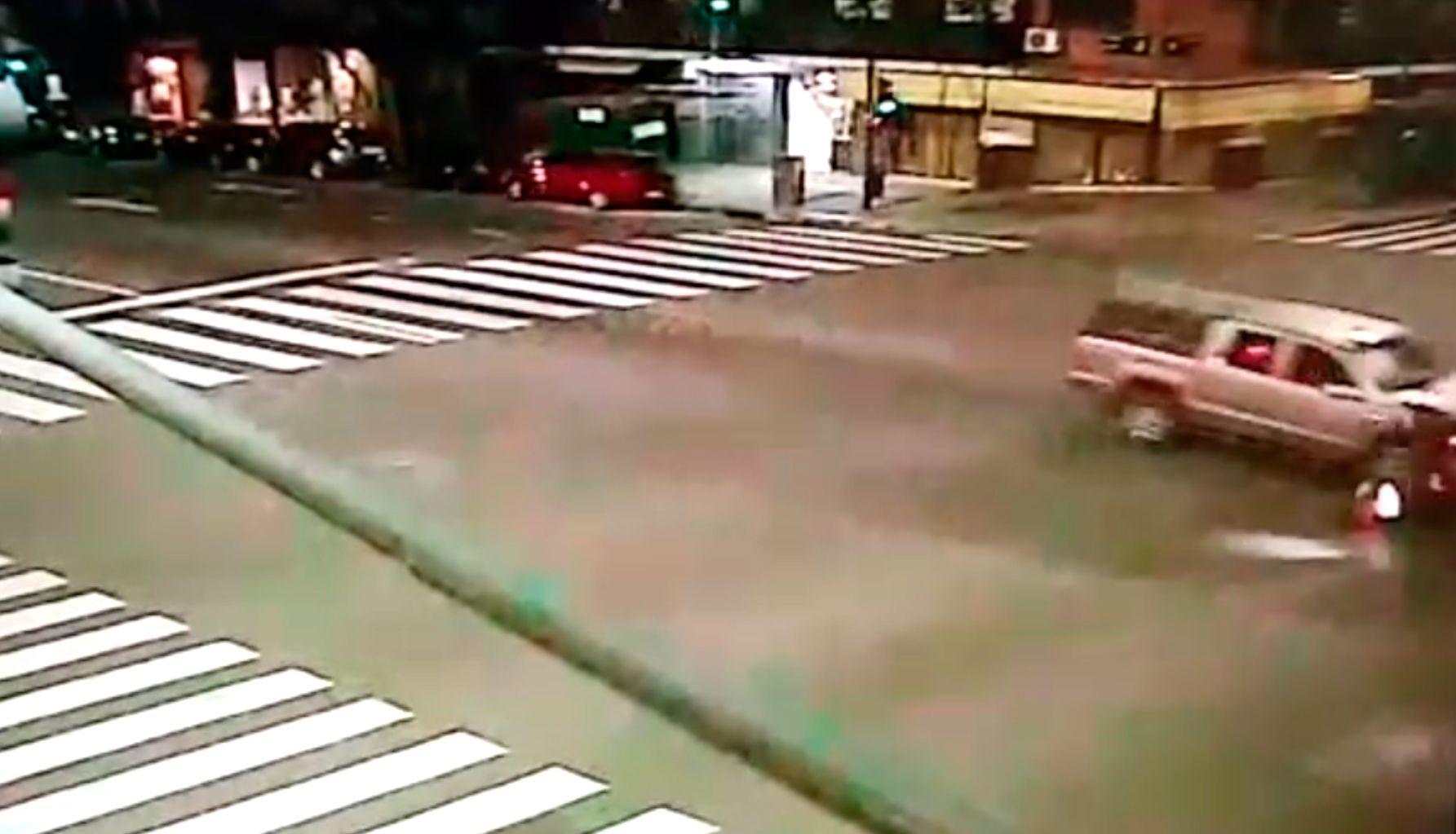 Flores: un motociclista cruzó en rojo y murió tras ser chocado por una camioneta