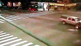 Un motoquero cruzó en rojo y murió tras ser chocado por una camioneta