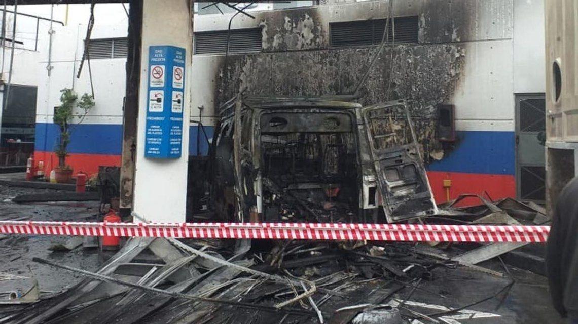 Una camioneta que cargaba combustible explotó y provocó el incendio de una estación de GNC