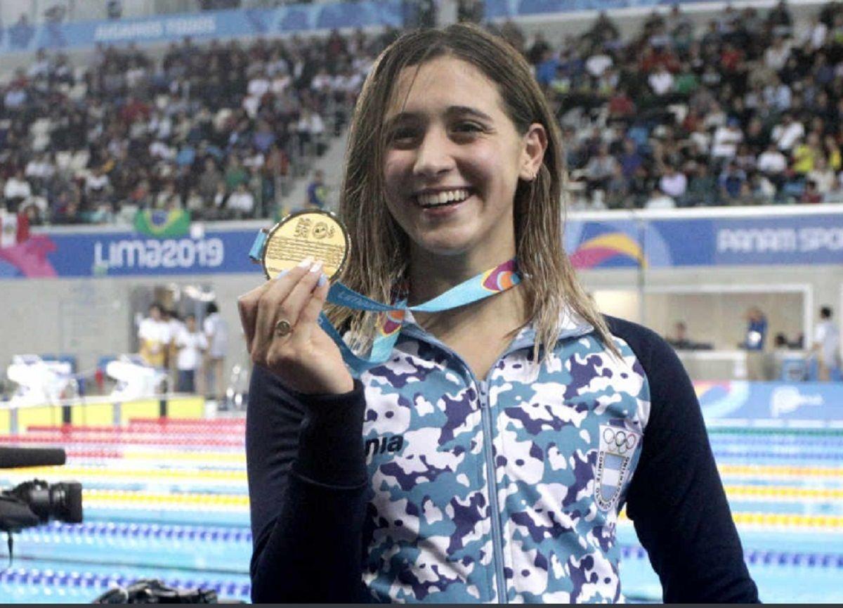 La alegría de la joven nadadora con uno de sus oros (Foto: Prensa COA)