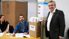 Alberto Fernández votó y volvió a cuestionar a Smartmatic
