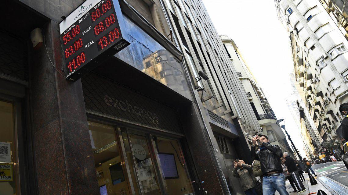 El dólar se disparó casi $11 y cerró a $57,30, a pesar de la tasa récord de Leliq a 74%
