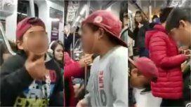 El video viral de los nenes que le rapean a Macri en el subte