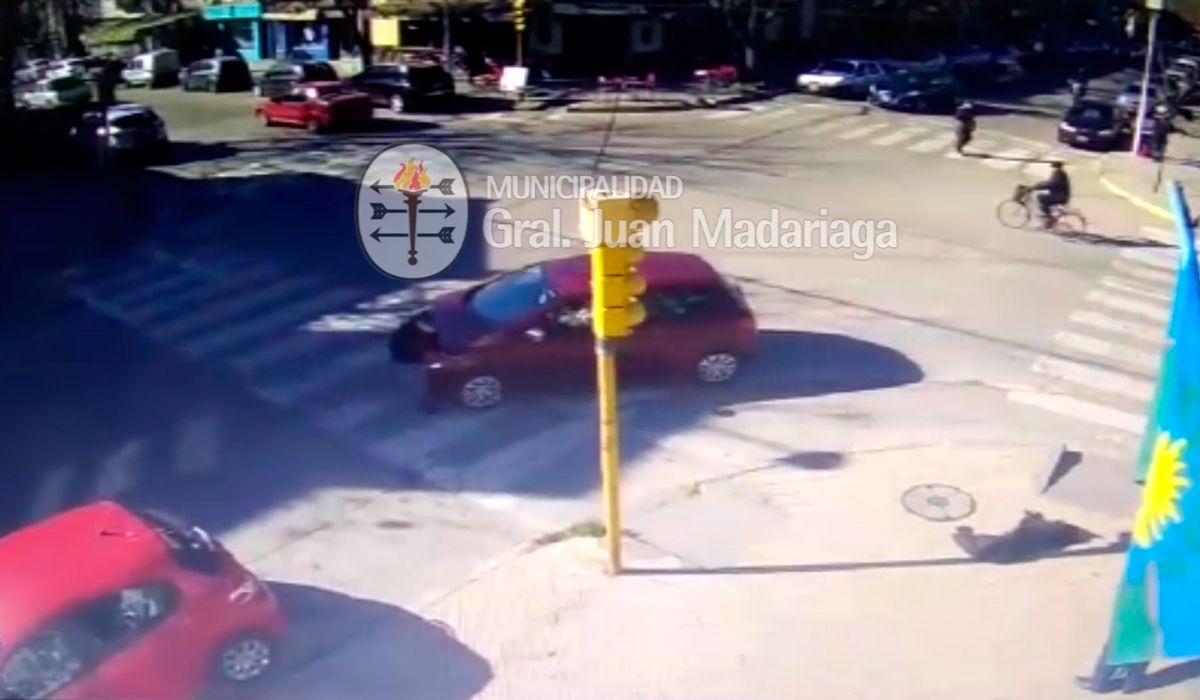 VIDEO: Una mujer fue arrollada cuando cruzaba la vereda