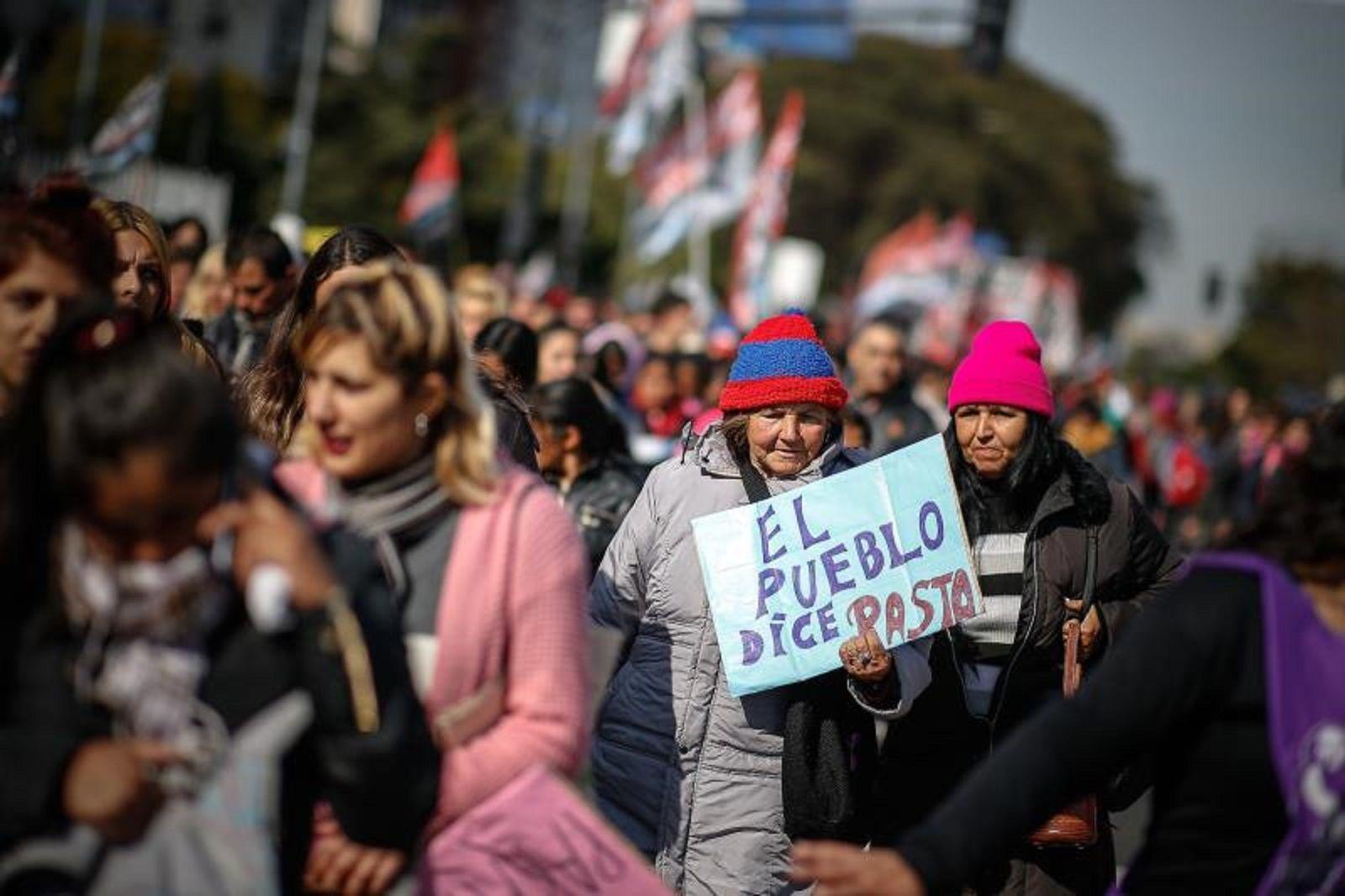 La gente marcha ante la crisis en Argentina. Foto: EFE